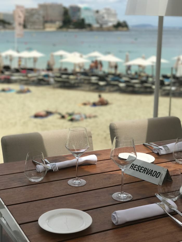 Mediterrane Küche mit Blick im Pez Playa im ME Hotel in Magaluf